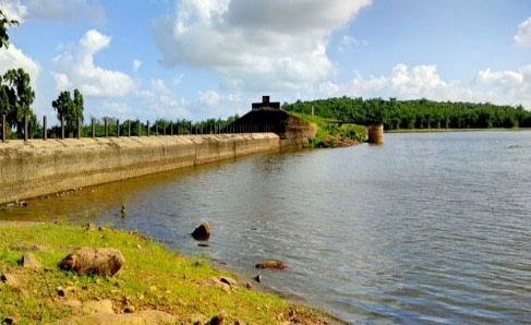 Deras dam and water filled reservoir is a must visit place and is a popular picnic spot near bhubaneswar